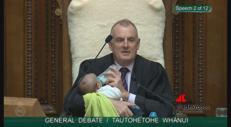 Nuova Zelanda, il presidente del Parlamento allatta in Aula