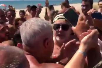 Delirio in spiaggia, l'assalto e Vasco scappa /Video