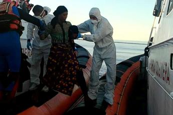 Open Arms, il video dello sbarco a Lampedusa