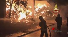 3.000 balle di fieno in fiamme