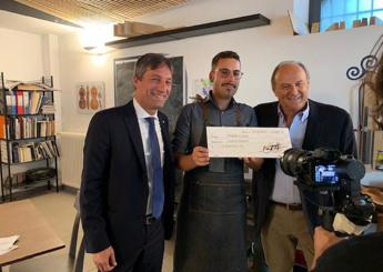 Gerry Scotti dona 5mila euro a giovane liutaio