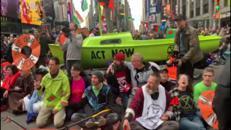 Barca blocca Times Square, protesta degli attivisti per il clima
