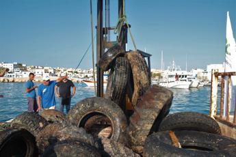 A Lampedusa 8500 kg di gomme abbandonate, 270 kg erano in mare