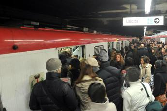 Milano, brusca frenata in metro: 10 feriti