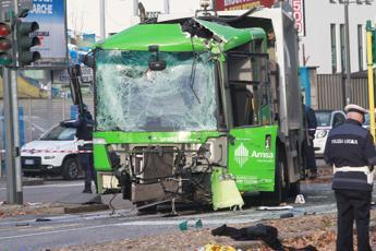 Milano, scontro tra bus e camion rifiuti: donna in coma