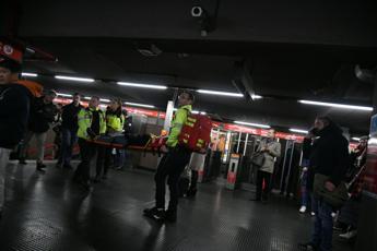 Milano, brusca frenata metro: 15 coinvolti e 7 in ospedale