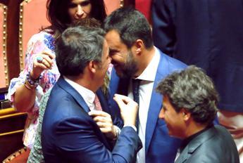 Renzi saluta il 'compagno Salvini', incrocio al Senato
