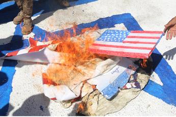 Bandiere Usa e Israele da incendiare, il business della fabbrica in Iran