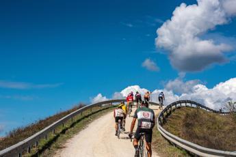 Il ciclismo moderno annoia, torniamo alle strade sterrate: proposta discussa oggi all'Uci