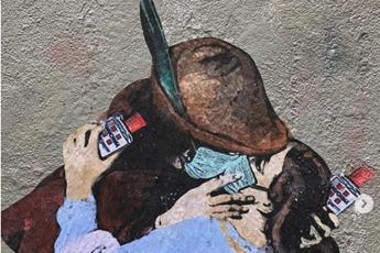 'Il bacio' di Hayez con la mascherina, l'opera di Tvboy