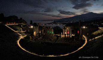 Coraggio Italia!, il Teatro antico di Taormina con le luci del tricolore