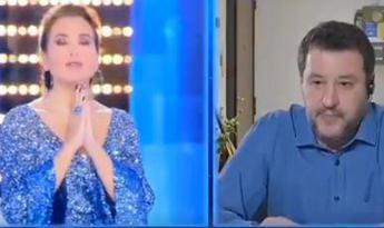 Prete benedice l'Eterno Riposo di Salvini in tv: Da parente di vittima il mio grazie