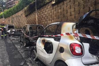 Incendio nella notte a Roma, 4 auto distrutte al Casaletto