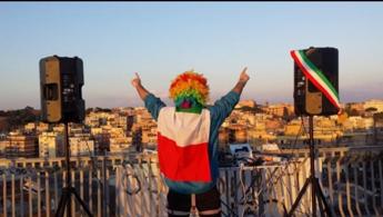 Il 'dj dei balconi': Dopo l'emergenza porto la musica nei quartieri popolari