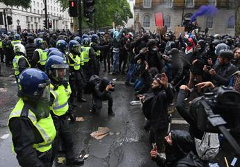 Scontri a Londra durante proteste Black Lives Matter, caos a Downing Street