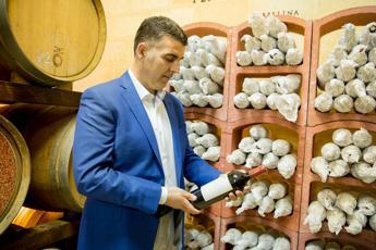 Da Cantine Ermes-Tenute Orestiadi 30mila bottiglie di vino a Banco Alimentare