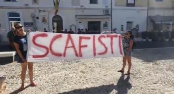 Lamorgese attesa a Lampedusa, la protesta: 'Governo complice di scafisti'