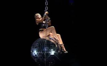 Mtv Vma, Miley Cyrus torna a cavalcare la sfera