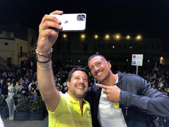 Salvini 'alza' per Mastrangelo, il selfie accende Twitter
