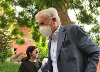 Vargas Llosa: Molti governi hanno usato pandemia per limitare libertà
