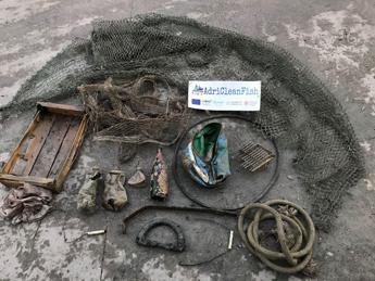 A pesca di rifiuti nell'Adriatico, plastica nelle reti e nei pesci