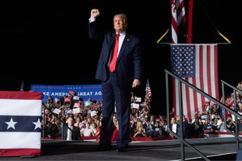 Trump a comizio in Florida: Sono forte, bacerei tutti