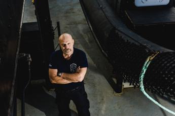 Un ammiraglio a caccia di trafficanti del mare: al via la missione del 'Conrad' contro la pesca illegale