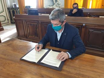 **Coronavirus: sindaco Pavia e associazioni scrivono a Conte, 'no a violenza, ma modifica dpcm'**