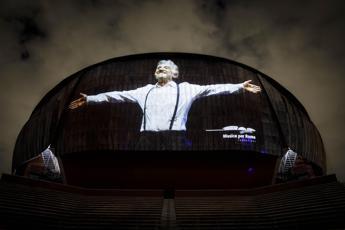 La foto di Proietti sulla cupola dell'Auditorium, l'omaggio di Musica per Roma