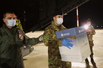 Atterrato a Palermo carico di vaccini, consegnato a Esercito