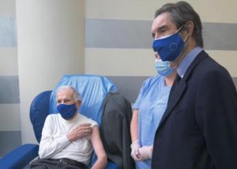Vaccino Covid, Garattini vaccinato: E' sicuro, il resto lo impareremo