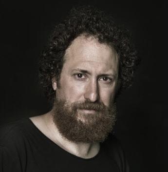 Il cuntista e attore Salvo Piparo presenta il suo 'Scordabolario'
