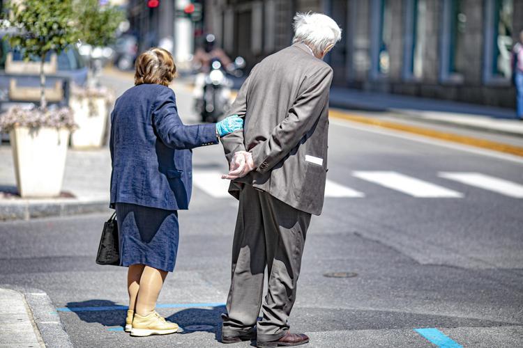 """Covid: immunologo  Le Foche, """"Anziani restino in casa il più possibile"""""""