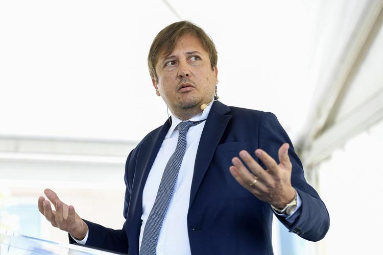 """Nuovo Dpcm, Sileri: """"Sì a riaperture, ma mantenere blocco spostamenti"""""""