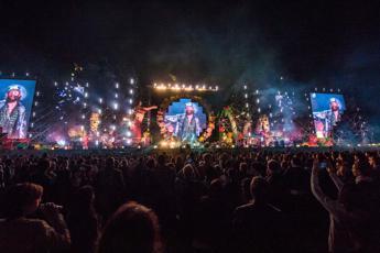Brit Awards con pubblico senza distanziamento né mascherine