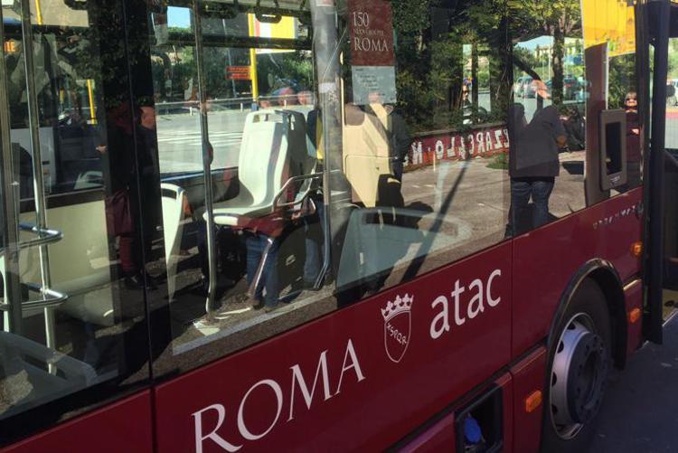 Roma, aggredisce autista Atac e rompe vetro bug a sassate